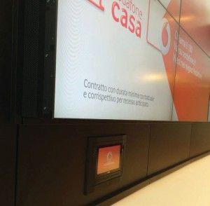 Un panel táctil AMX empotrado en la pared y con un sistema antirrobo está permanentemente situado bajo el videowall en la recepción, permitiendo a los gestores cambiar fácilmente el contenido en las pantallas.