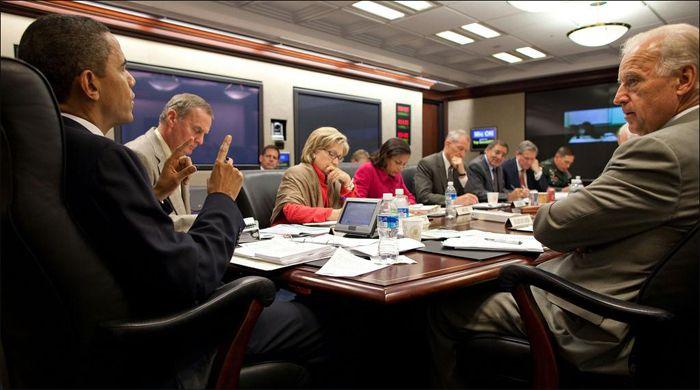 """Y esta es la verdadera Sala de Situación de la Casa Blanca donde se observa el panel táctil de sobremesa de 7"""" AMX Modero frente al Presidente Obama y el panel táctil de 10"""" Modero montado en la pared del fondo. Imagen cortesía de NBC News."""